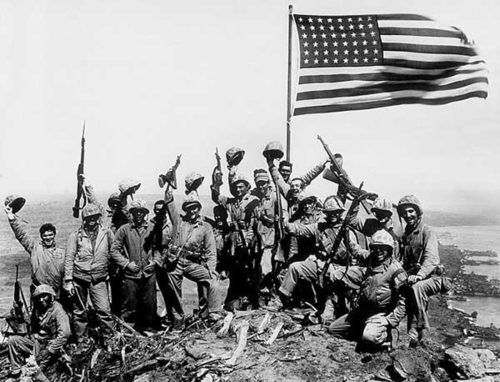 Żołnierze amerykańscy na Suribachi/ Źródło: http://commons.wikimedia.org/wiki/File:Celebrating_the_flag_raising_on_Iwo_Jima.png