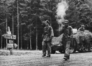 "Żołnierze ""Kampfgruppe Peiper"" na drodze do Malmedy/ Źródło: http://commons.wikimedia.org/wiki/File:Kampfgruppe_Peiper%27s_Troops_on_the_road_To_Malmedy.jpg"