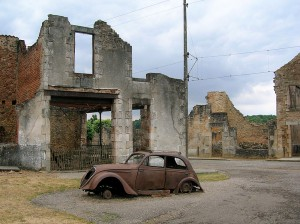 Oradour-sur-Glane/ Źródło: http://commons.wikimedia.org/wiki/Category:Oradour-sur-Glane#mediaviewer/File:Car_in_Oradour-sur-Glane4.jpg