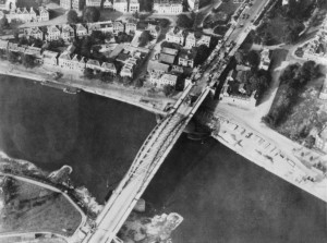 Most w Arnhem/ Źródło: http://commons.wikimedia.org/wiki/Category:Operation_Market_Garden#mediaviewer/File:Aerial_view_of_the_bridge_over_the_Neder_Rijn,_Arnhem.jpg