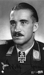 Adolf Galland (tutaj w mundurze podpułkownika)/ Źródło: http://upload.wikimedia.org/wikipedia/commons/thumb/a/a8/Bundesarchiv_Bild_146-2006-0123%2C_Adolf_Galland.jpg/354px-Bundesarchiv_Bild_146-2006-0123%2C_Adolf_Galland.jpg