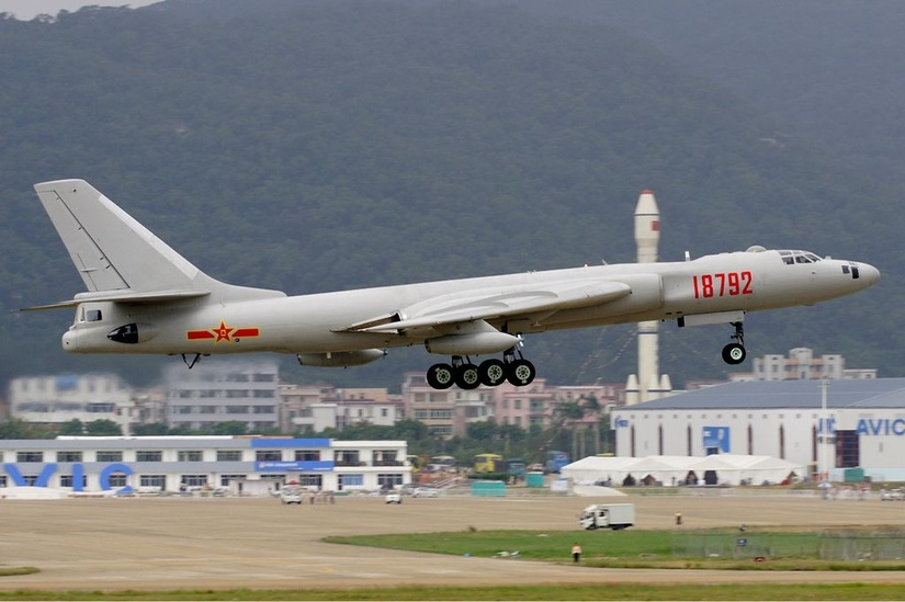 Xian H-6, należący do PLAAF w czasie China International Aviation & Aerospace Exhibition 2008 / Wikimedia Commons.