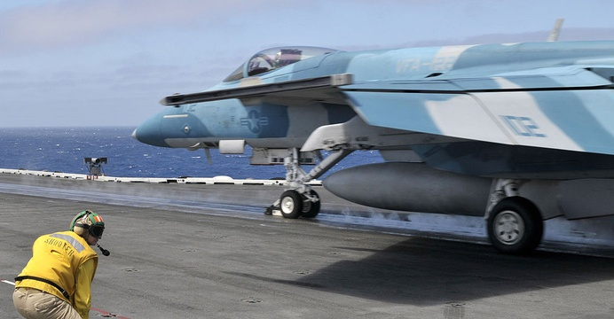 F/A-18E Super Hornet z VFA-122 Flying Eagles podczas startu z lotniskowca USS Abraham Lincoln (CVN-72). / Wikimedia Commons.