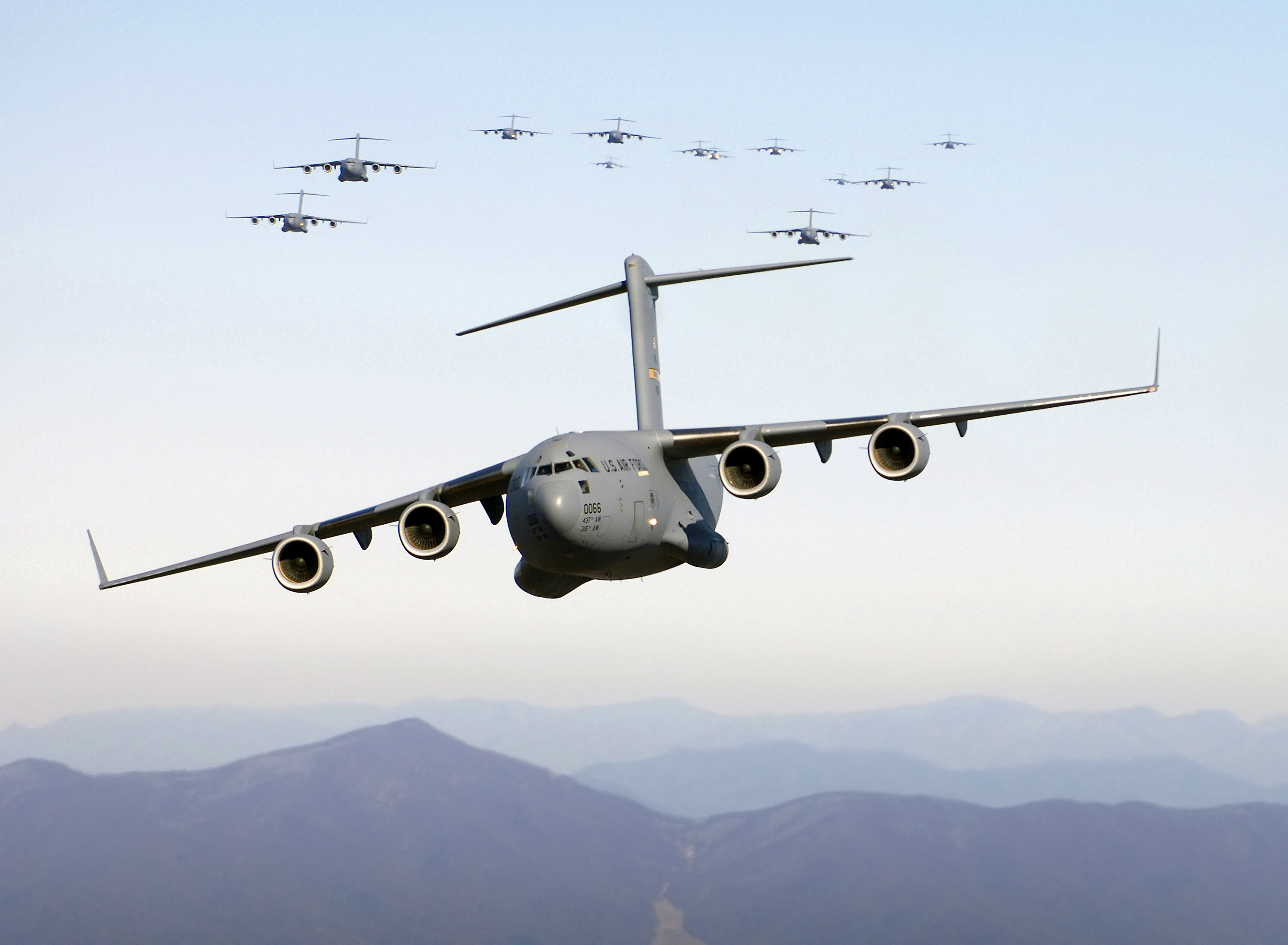 Samoloty transportowe C-17A Globemaster III nad Blue Ridge Mountains. (Wikimedia Commons)