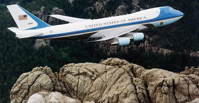 Air Force One nad Mount Rushmore. Źródło: Wikimedia Commons.