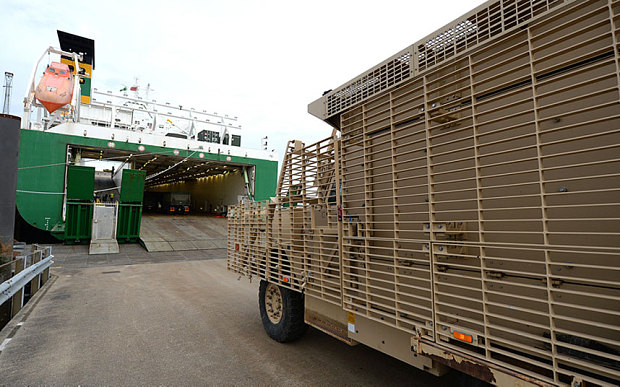 Na zdjęciu: Pojazd Mastiff PPV (Protected Patrol Vehicle) podczas załadunku na statek transportowy w Marchwood Military Port (MMP). Źródło: Crown Copyright