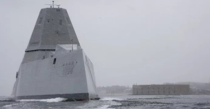 USS Zumwalt (DDG-1000) wychodzący z portu stoczni General Dynamics Bath Iron Works (BIW) w Bath (Maine). / fot. US Navy.