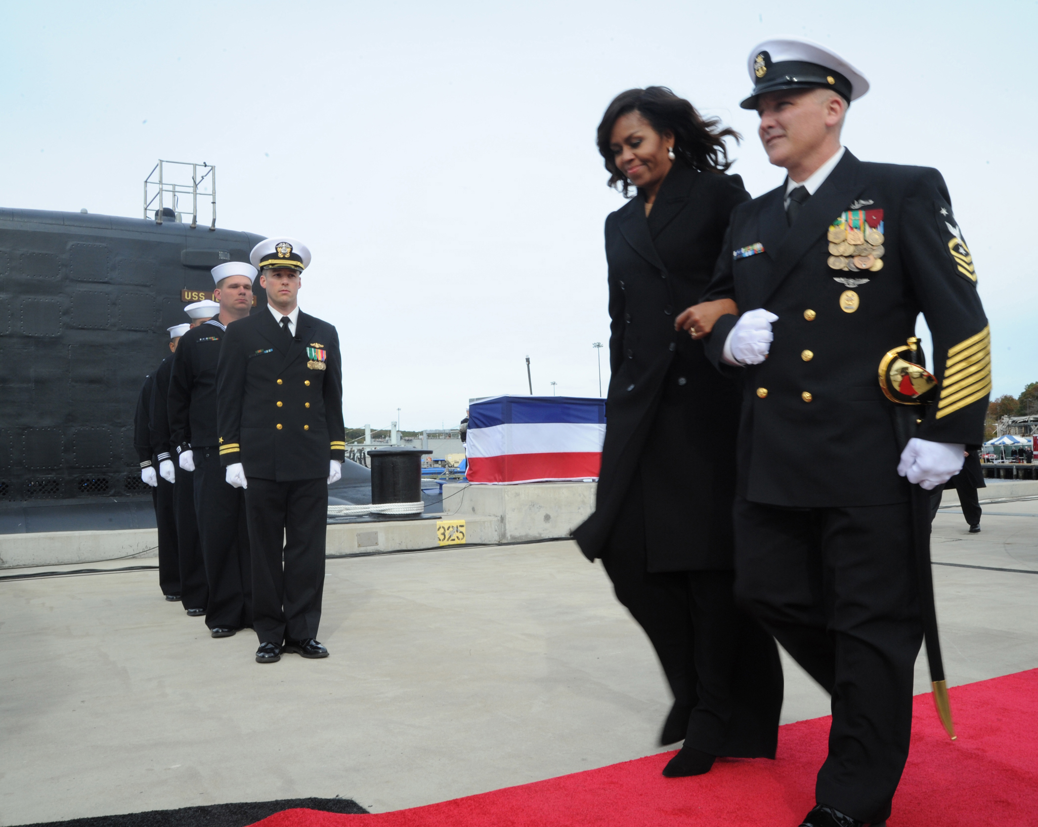 W ceremonii włączenia do służby atomowego okrętu podwodnego USS Illinois (SSN-786) wzięła udział pierwsza dama, Michelle Obama.  (U.S. Navy photo by Chief Petty Officer Darryl I. Wood/Released)