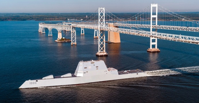 Niszczyciel USS Zumwalt (DDG-1000) sfotografowany w dniu 17 października br. podczas przejścia pod mostem William Preston Lane Jr. Memorial Bridge nad zatoką Chesapeake (Maryland) w drodze do portu macierzystego w San Diego. / fot. US Navy (Liz Wolter).