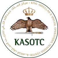 Logo Centrum Szkoleniowego Operacji Specjalnych Króla Abdullaha / Źródło: SM KASOTC, Wikimedia Commons, https://commons.wikimedia.org/wiki/File:KASOTC_Official_Logo.png